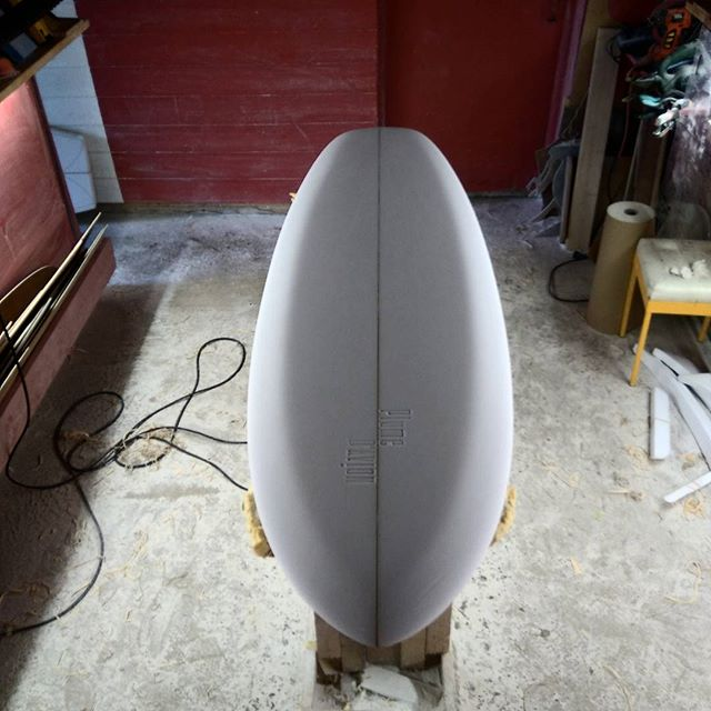 5'7 single #singlefin  #handshapedsurfboards  #Finistère #plumedavionsurfboards