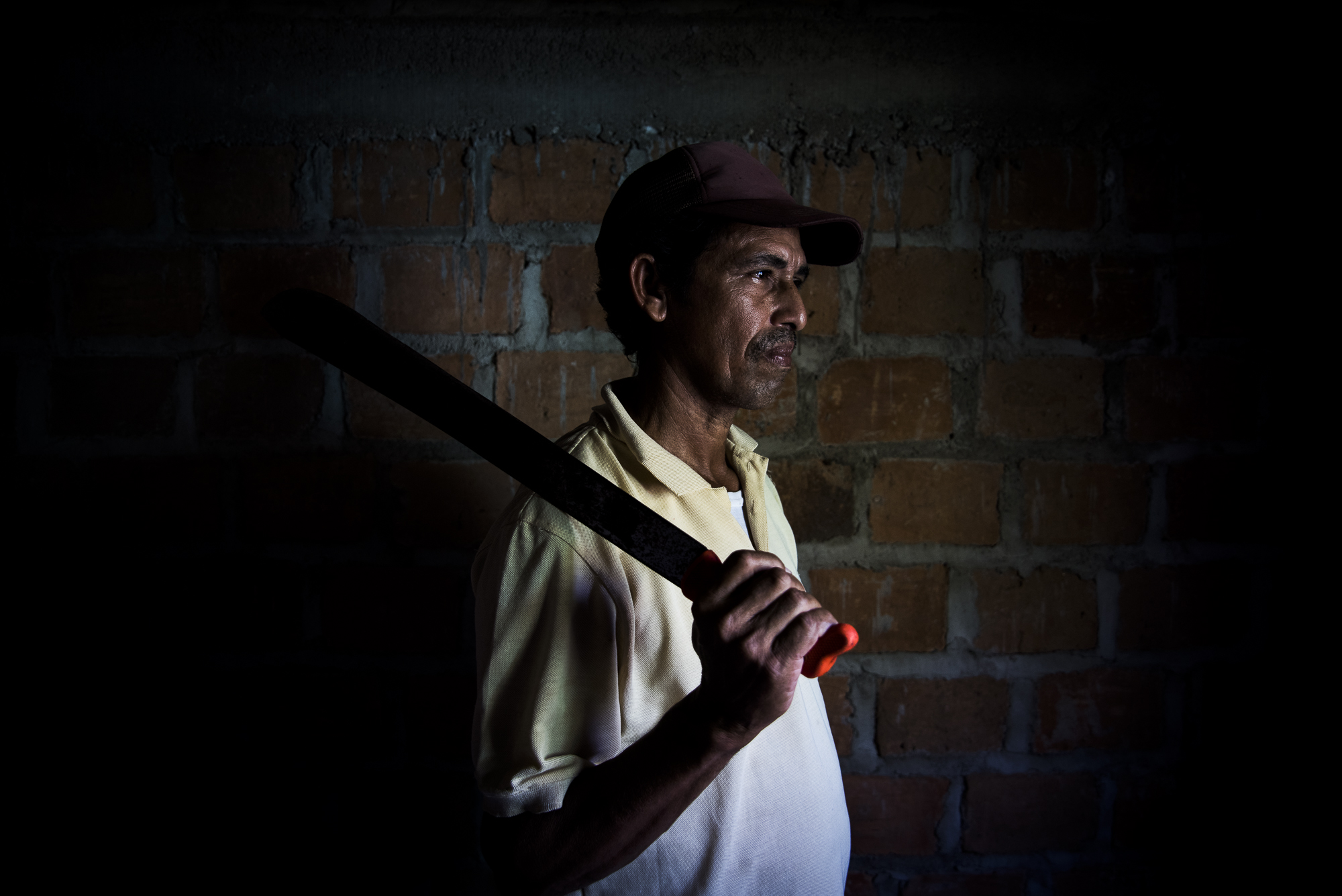 Manuel, campesino bellavistero de 65 años, fue el primero en retornar a Bellavista (Magdalena) hace solo un par de años. Lo mas duro de regresar fue caminar frente a la casa en dondee nacio y verla en el suelo, en la epoca de la violencia pasaba la mayoria del tiempo escondido en aquel refugio.