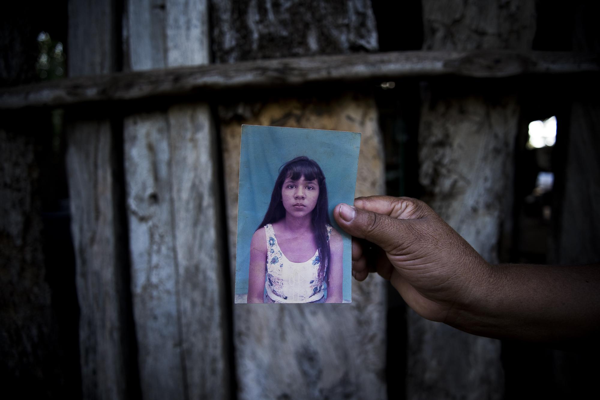 Catherine Perez de 43 años sostiene en su mano la fotografia de su hermana desaparecida, Iris Esther Perez quien antes de cumplir 15 años fue reclutada por la guerrilla el 12 e mayo de 1996. Iris es una mas de los 3.000 niños reclutados en los ultimos 20 años en Colombia por las FARC-EP.