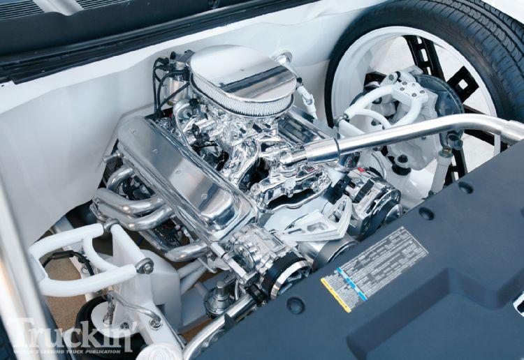 1005tr_03+chevy_silverado+engine_compartment.jpg