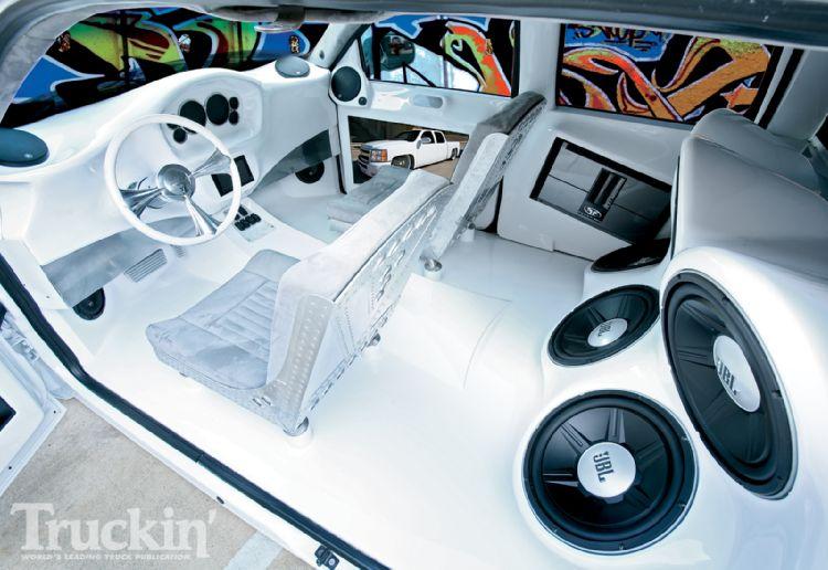 1005tr_06+chevy_silverado+interior.jpg