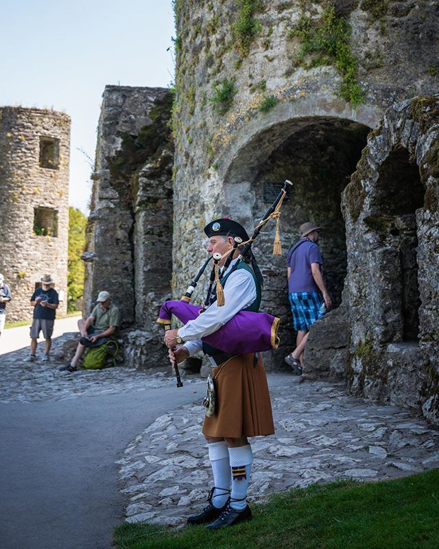 A bagpiper outside of Blarney Castle 🏰 • • • #irish_daily #irish🍀 #ireland #ireland🍀 #irelandtravel #ireland_gram #blarneycastle #blarneystone  #travelblogger #traveldrops #igers #instafocus #photography #lightroom  #travelbug #traveladdict #castle #postcardsfromtheworld #europe #keepexploring #globe_travel #theglobewanderer #travelworld #letsgosomewhere #exploretheglobe #bagpipes #xposuremag #icatching #collectivelycreate #wanderlust
