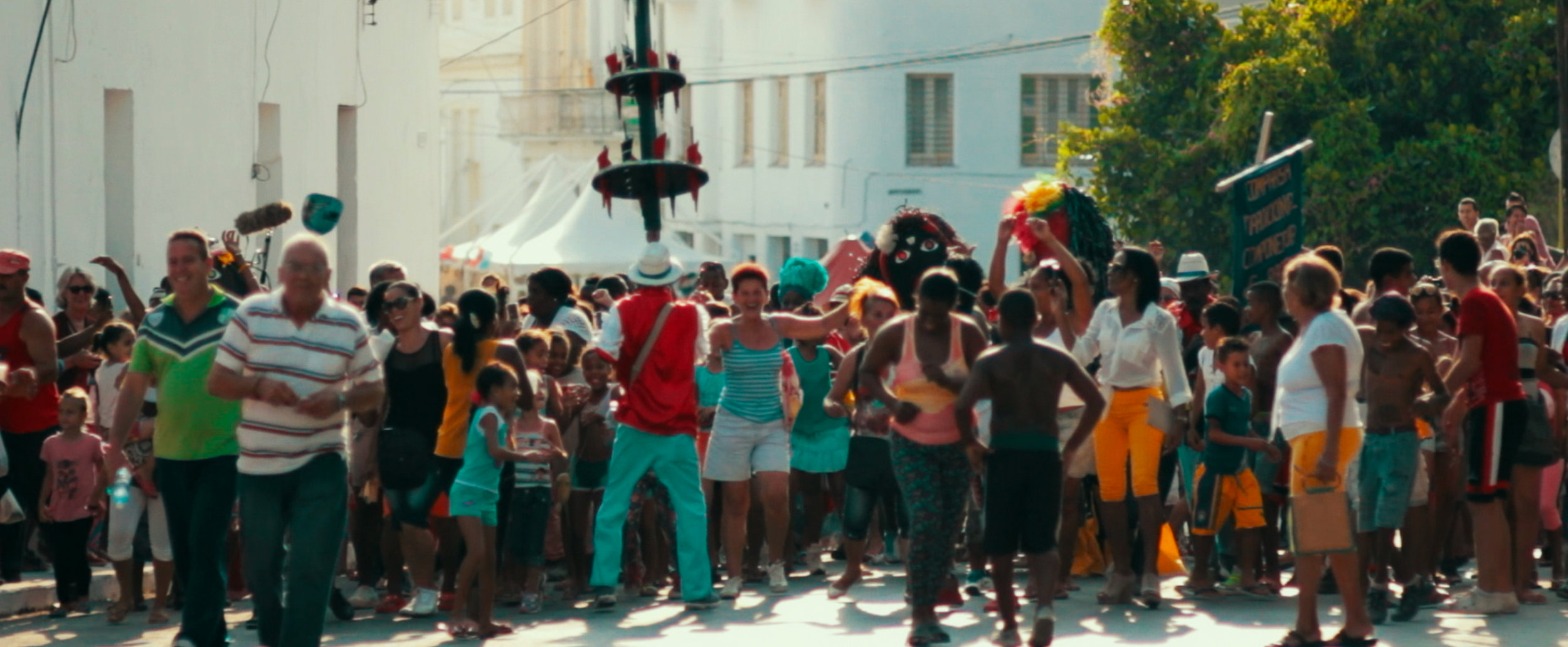 A conga inaugurates the 12th Havana Biennial!