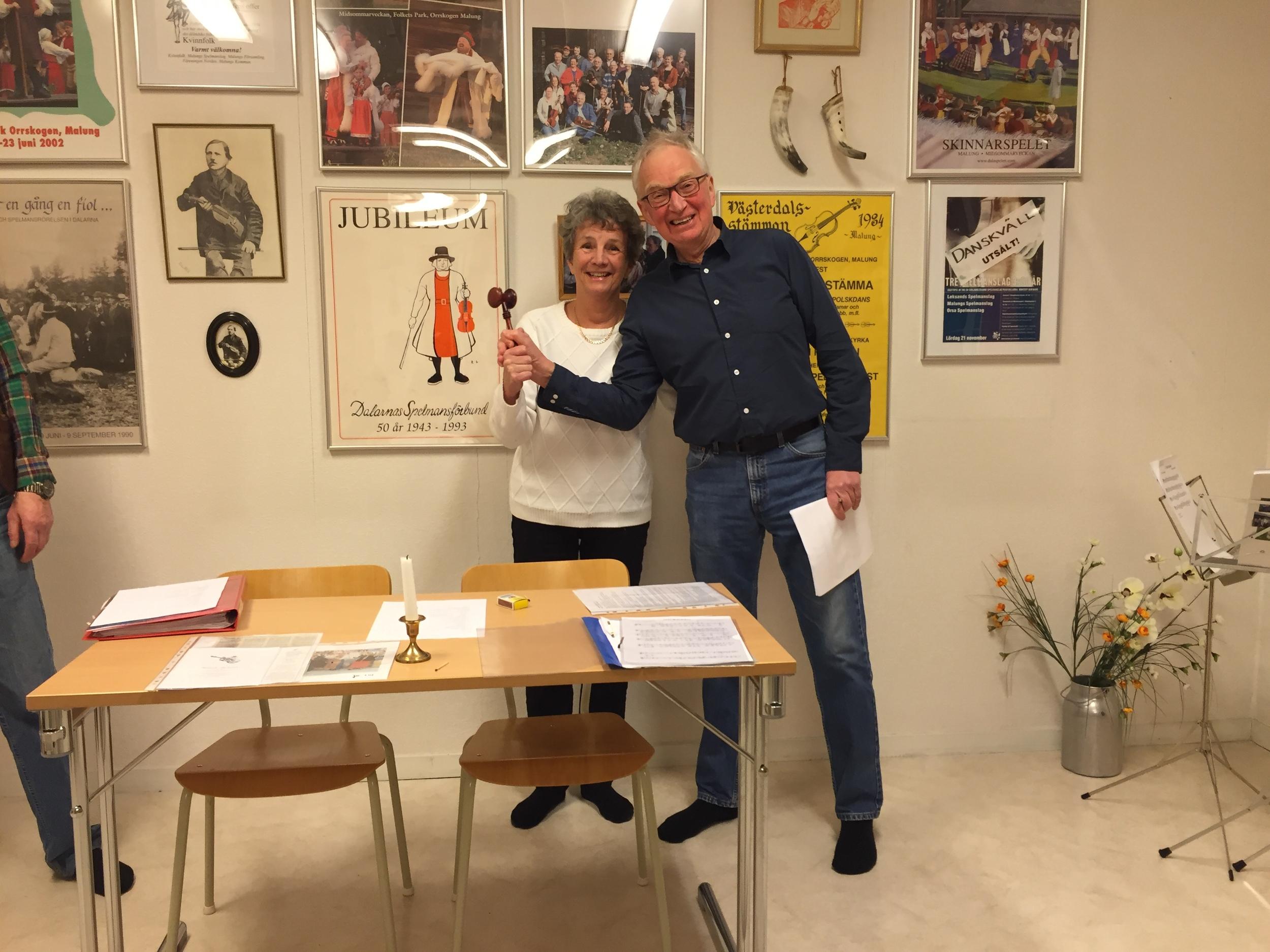 Annie Gunnarsson lämnar över ordförandeklubban till Hans Bohm vid årsmötet med Malungs spelmanslag. Foto: HANS-OLOV JOHNSSON