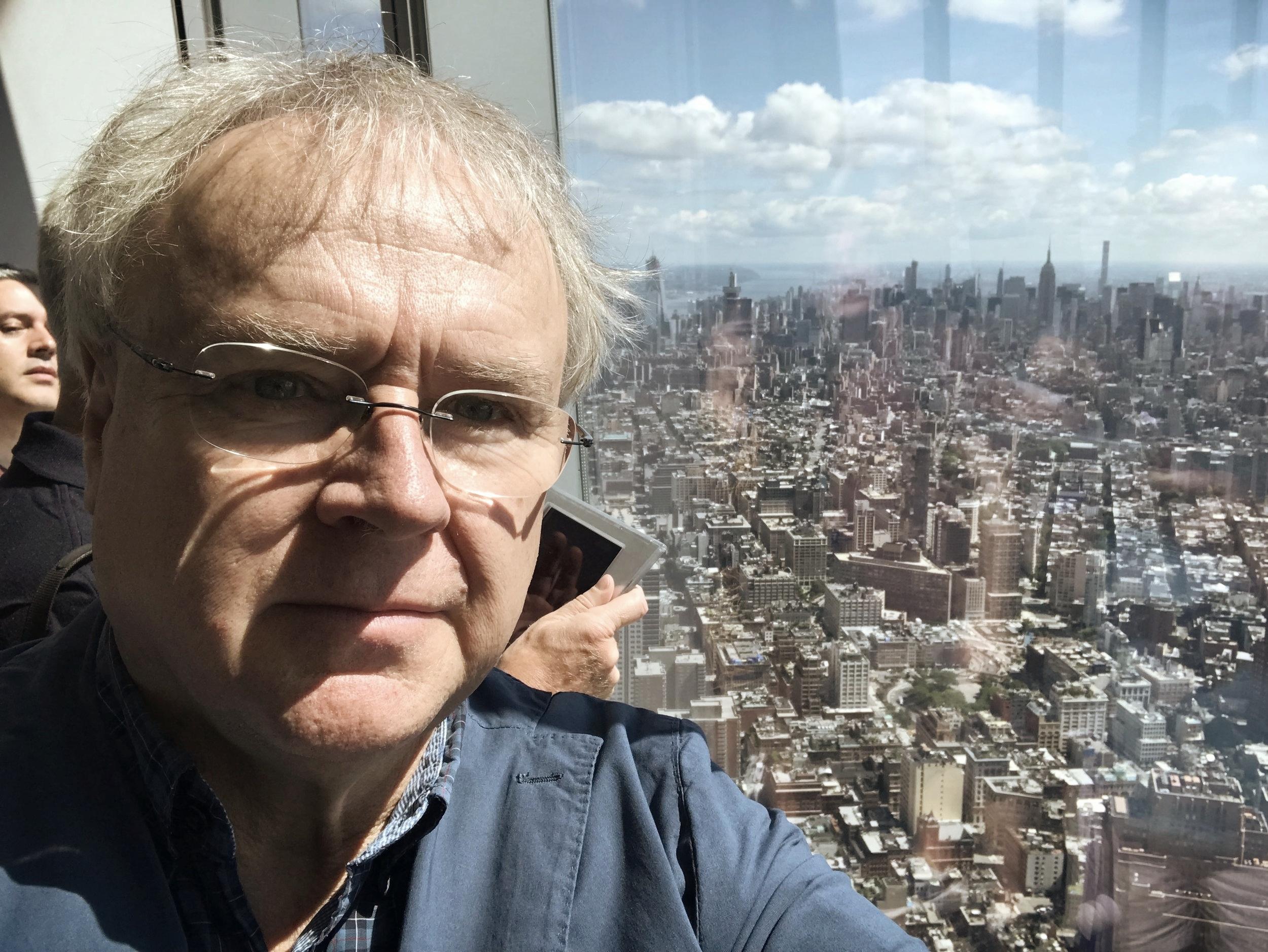 Lars Moberg är hundra våningar upp i One World Trade Center, byggt på platsen för de störtade tornen.  Foto: Lars Moberg