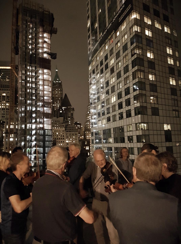 Sista kvällen med gänget. Omgivna av skyskrapor på en takterass, södra Manhattan.  Foto: Kerstin Ivares