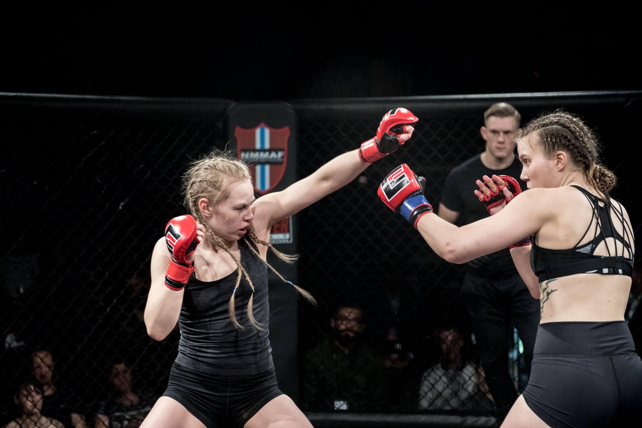 Andresen t.v. fra MMA Trondheim i en jevn kamp mot Gundersen fra Tromsø kampsportsenter (Foto: Sharon Burgos Aresvik).