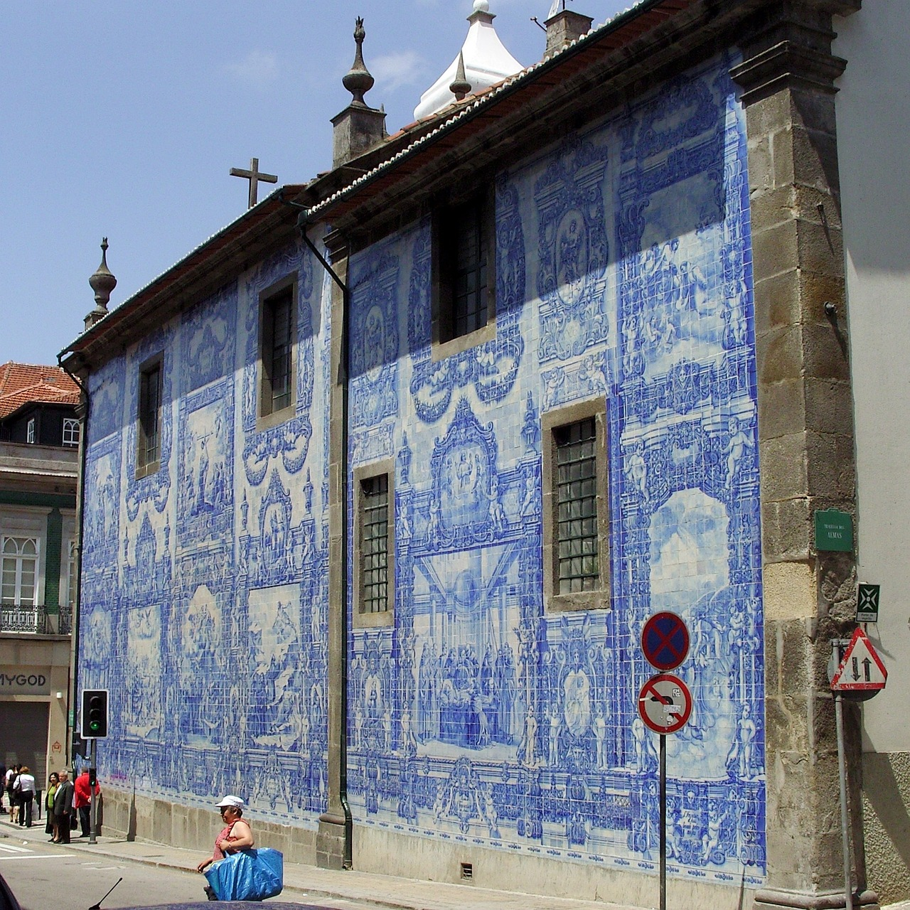 Oporto tiled building.jpg