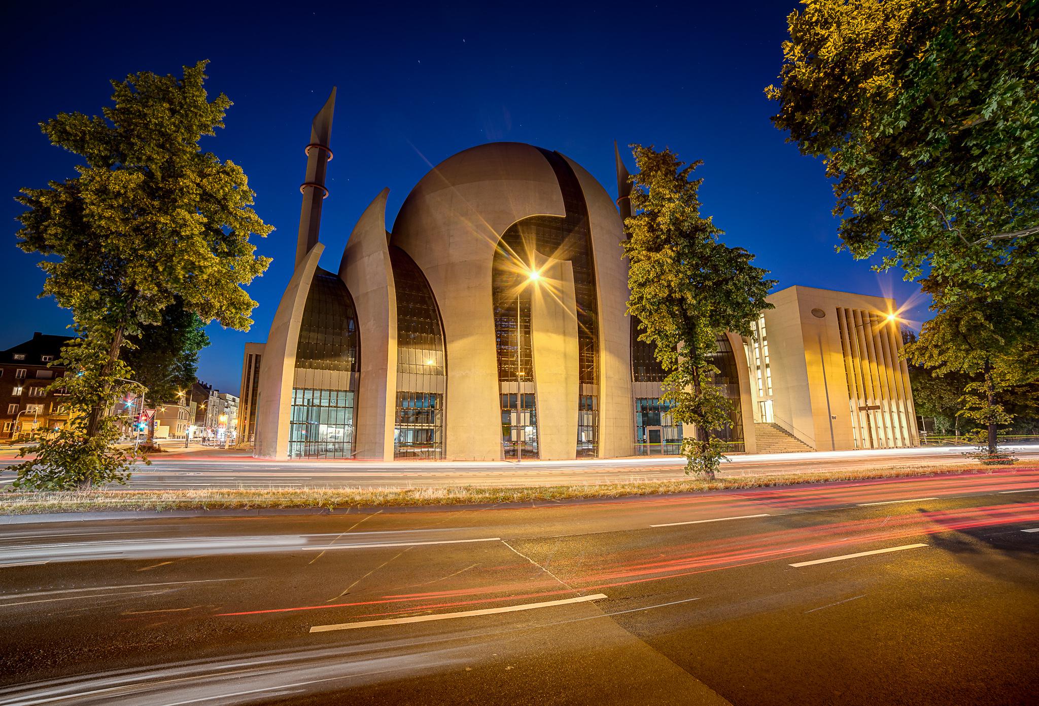 Kölner Moschee in Ehrenfeld bei Sonnenuntergang
