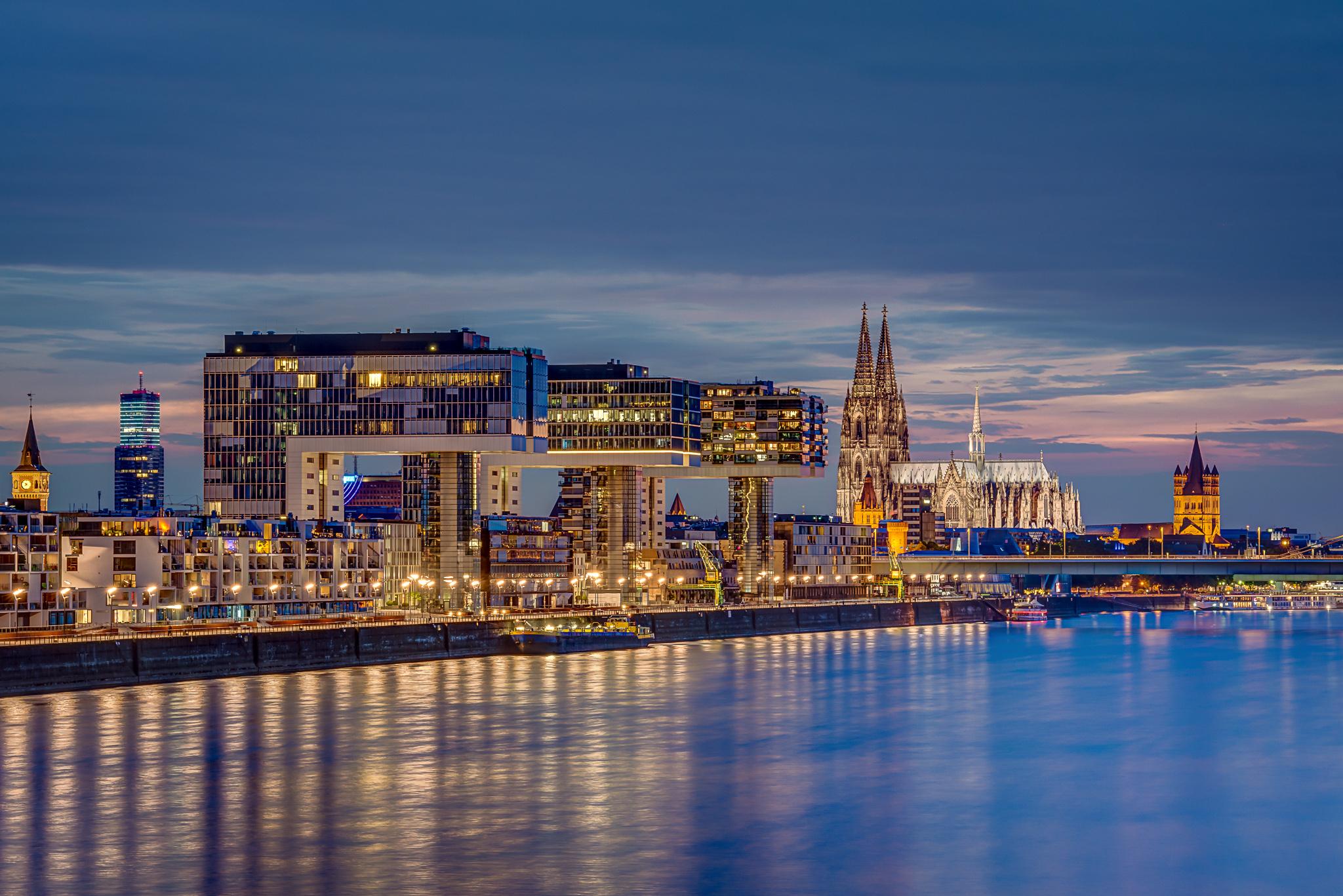 Kölner Dom die Kranhäuser, der Kölnturm im Mediapark und Groß St. Martin mit Rhein bei Sonnenuntergang