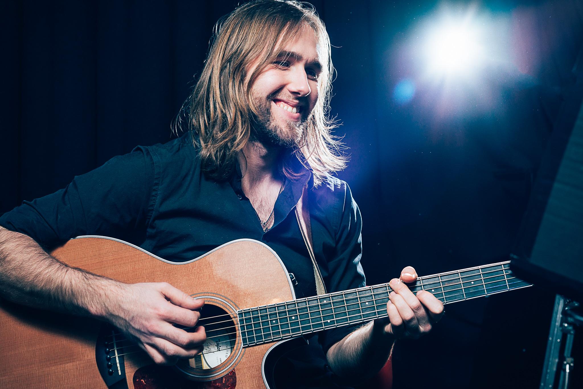 Yannik Richter beim Spielen der Guitarre