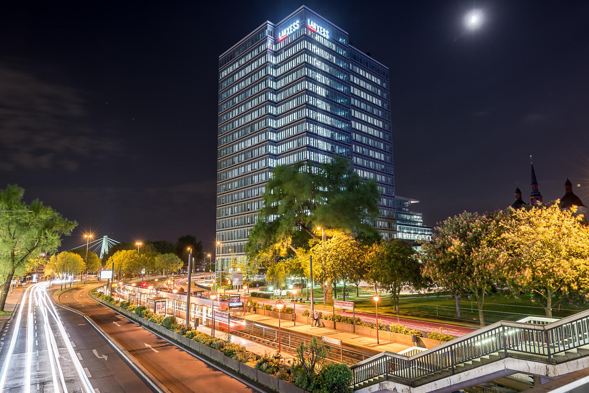 Deutzer Hochhaus von Lanxess mit Bahnhaltestelle der KVB bei Nacht