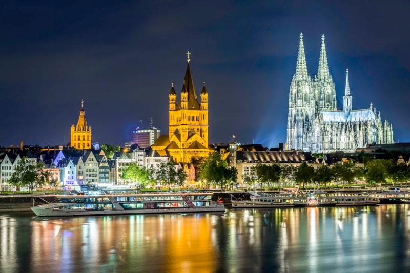 Kölner Altstadt und Dom bei Nacht von Deutzer Brücke aus