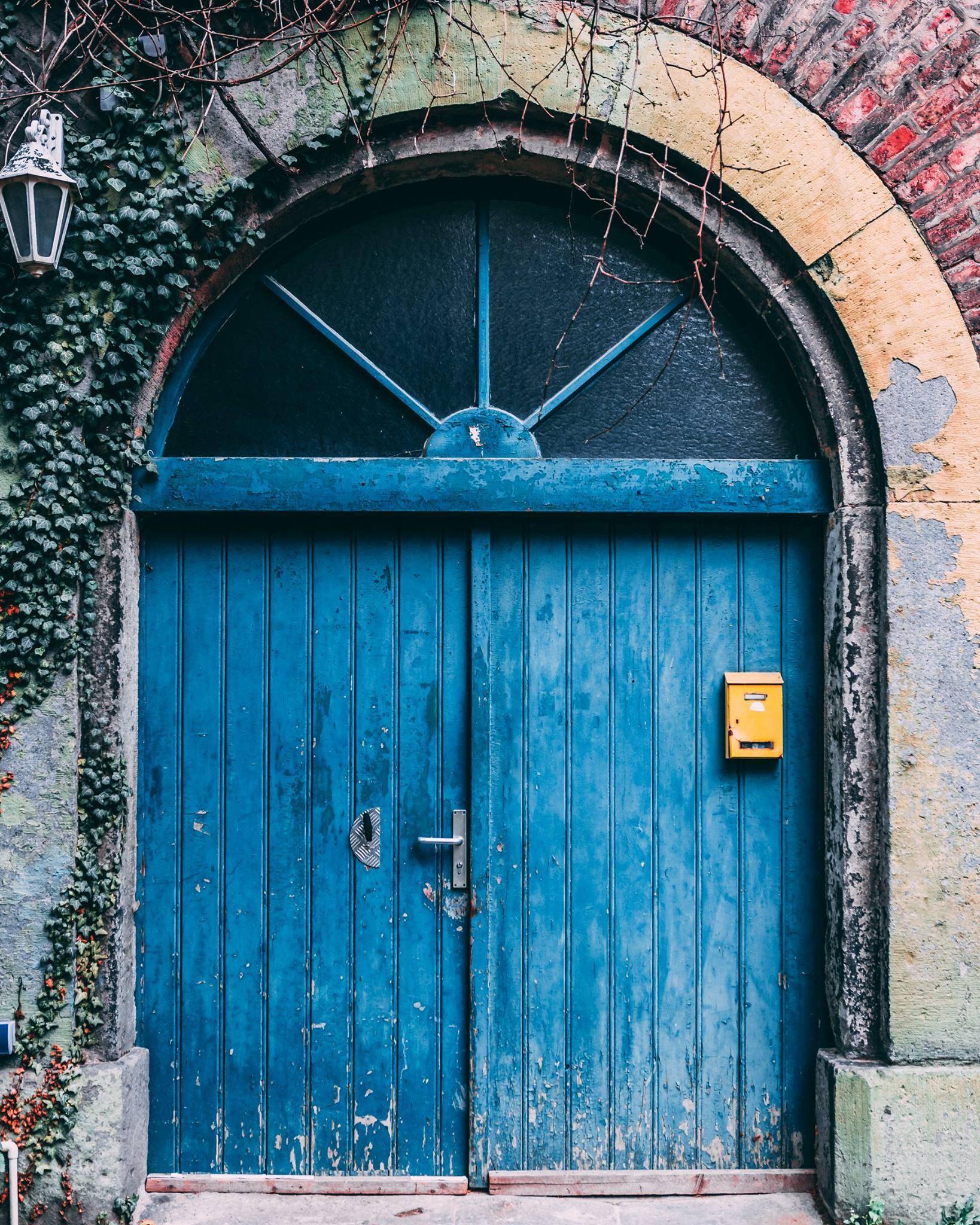 Marcel Fromme mit blauer Tür im Agnesviertel