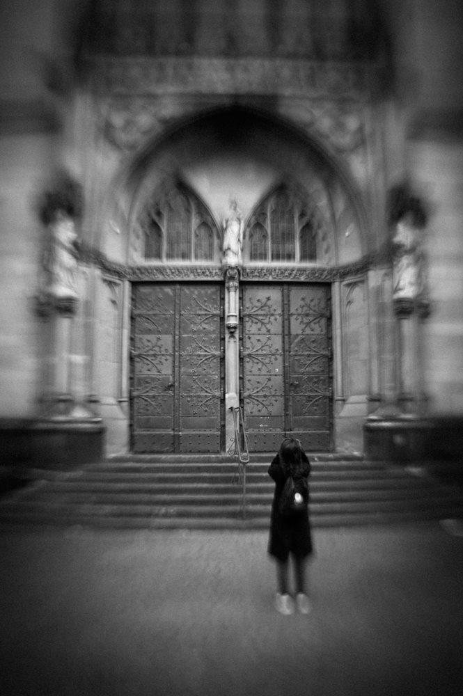 Frank Rau mit einer Kirchtür, aufgenommen mit einem LensBaby-Objektiv im Agnesviertel