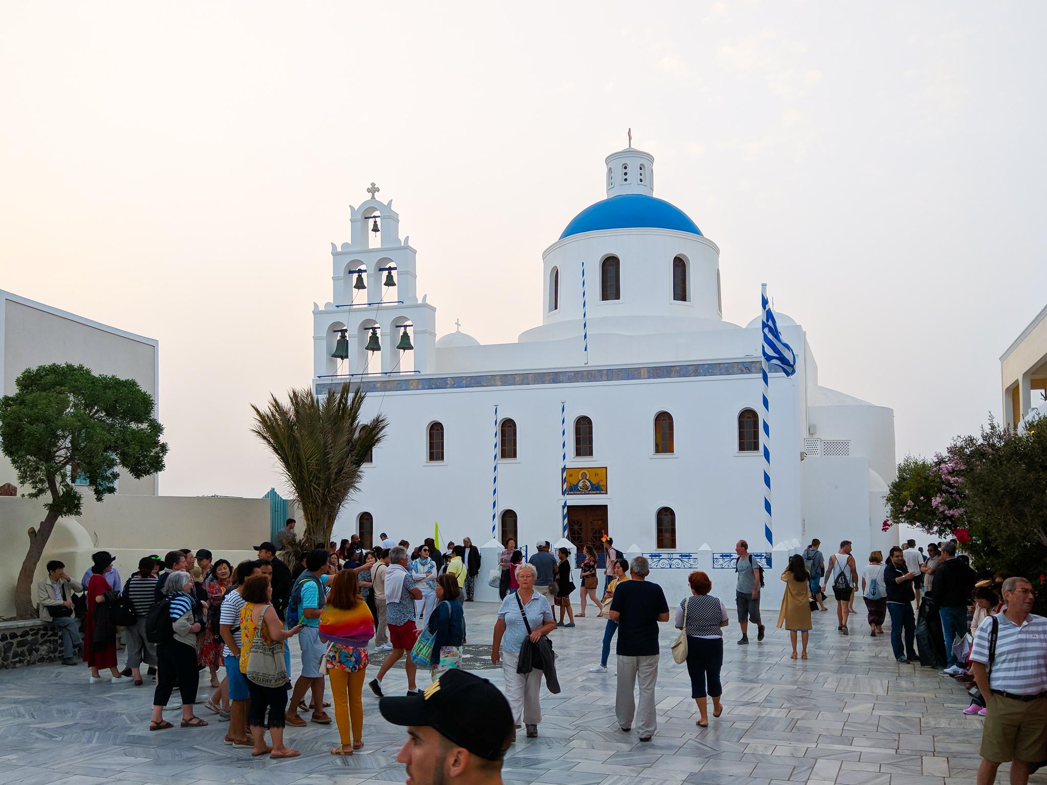 Santorini am Abend 20 Uhr mit vielen Touristen