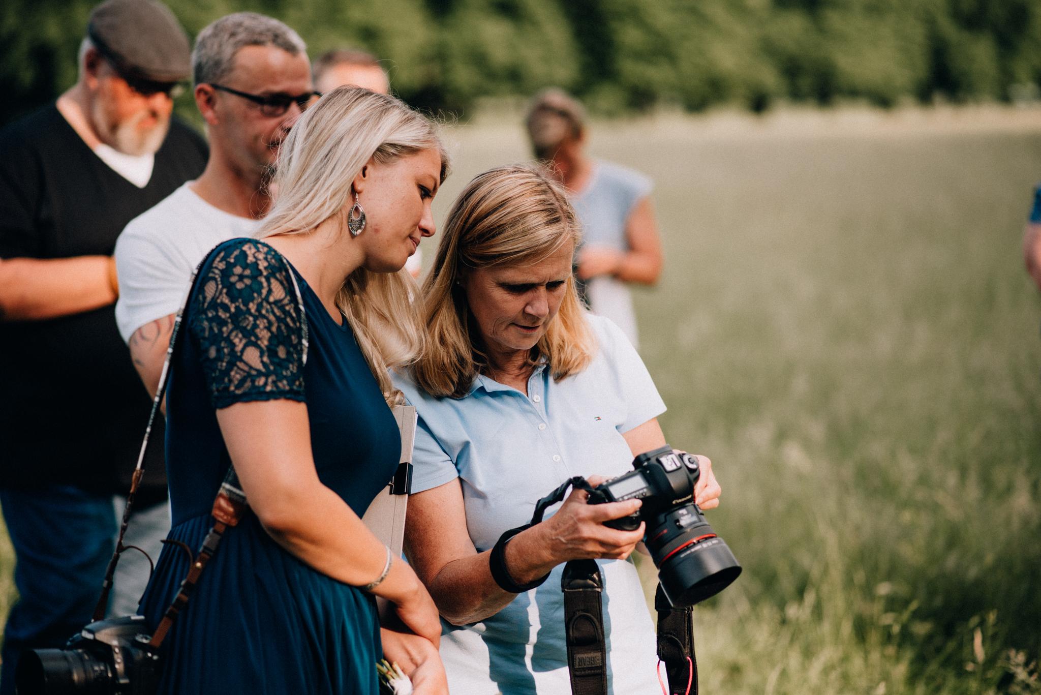 Brautpaarshooing Kurs Köln Linda Grigo erklärt einer Teilnehmerin etwas