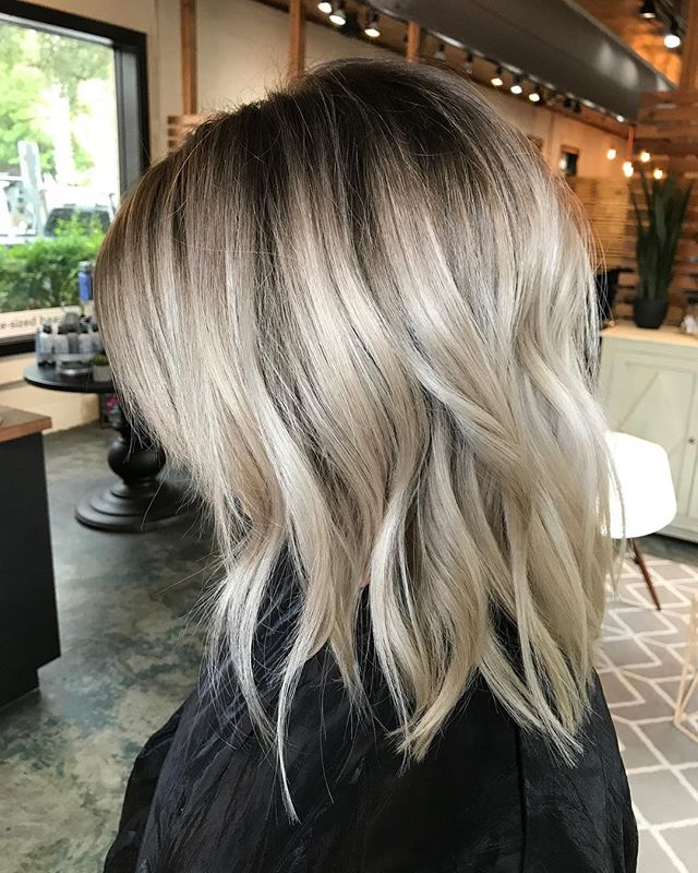 We're obsessing over this icey look brought to you by @hairbynikkijt !! Book with her at either one of our locations. . . #iceyblonde #rootyblonde #charlestonblonde #weekendready #westashleysalon #blonde #blondeonpoint