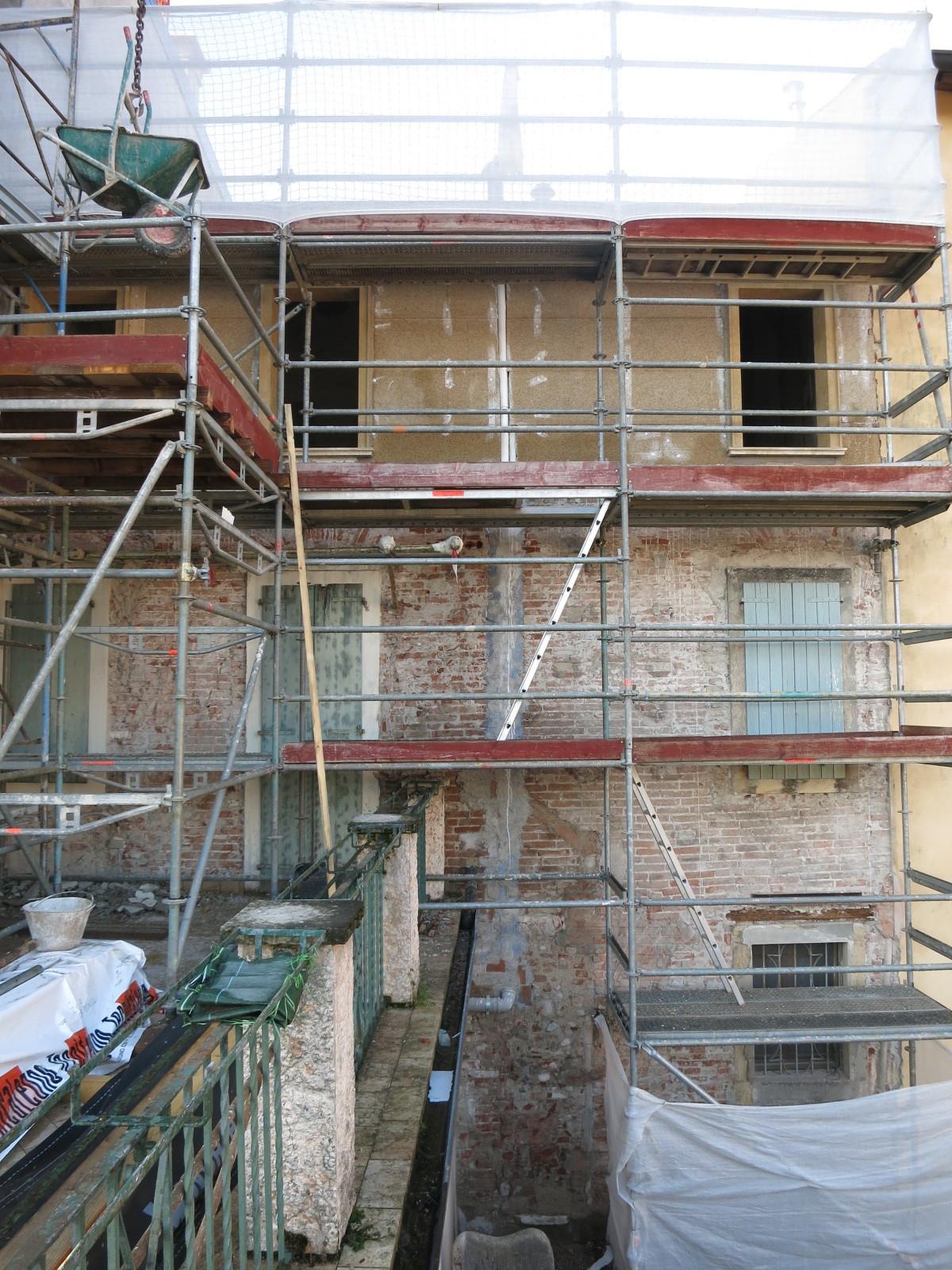 Intervento di ristrutturazione su facciata esistente con calce e canapa