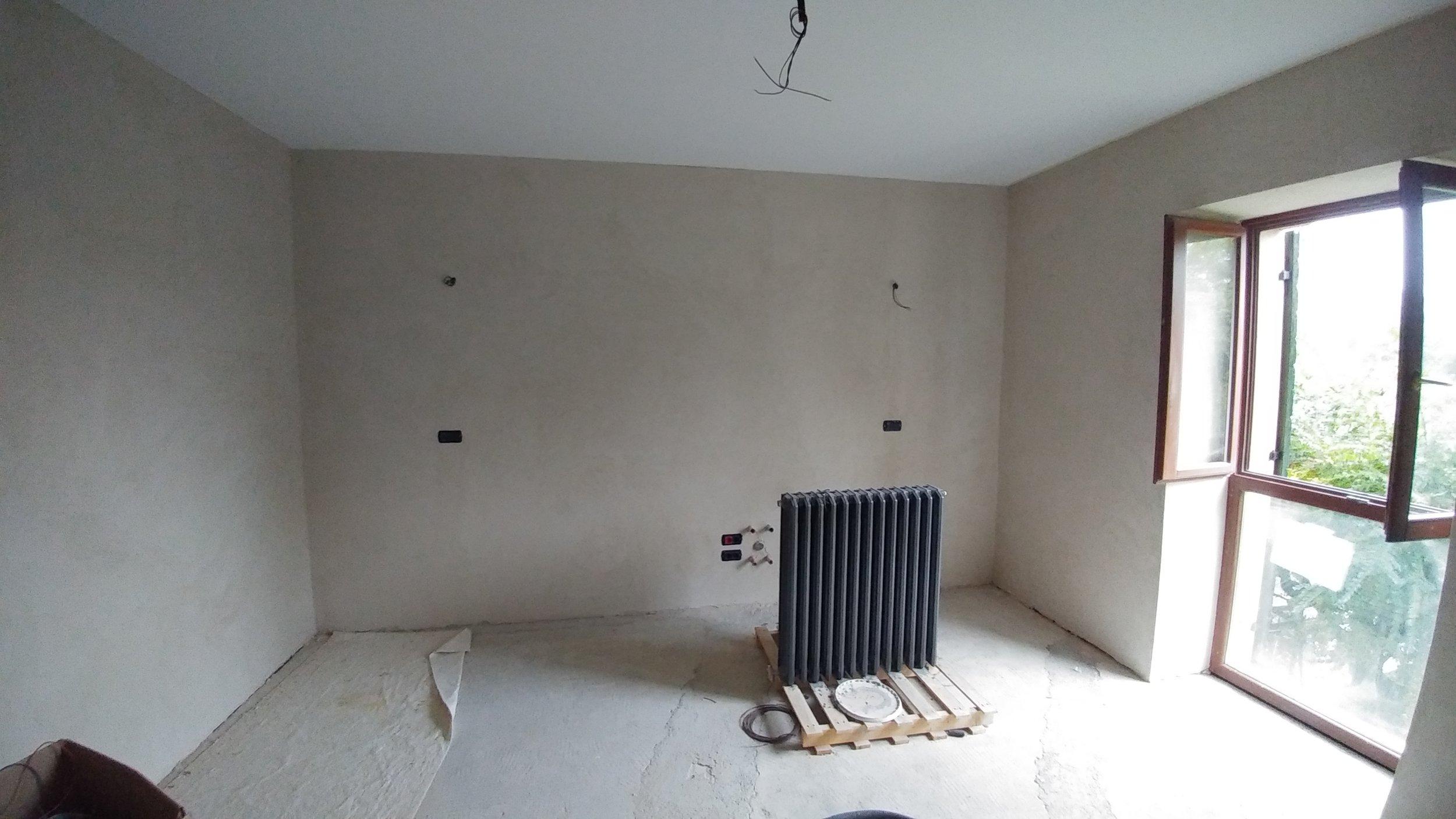 La cucina intonacata con calce alle pareti