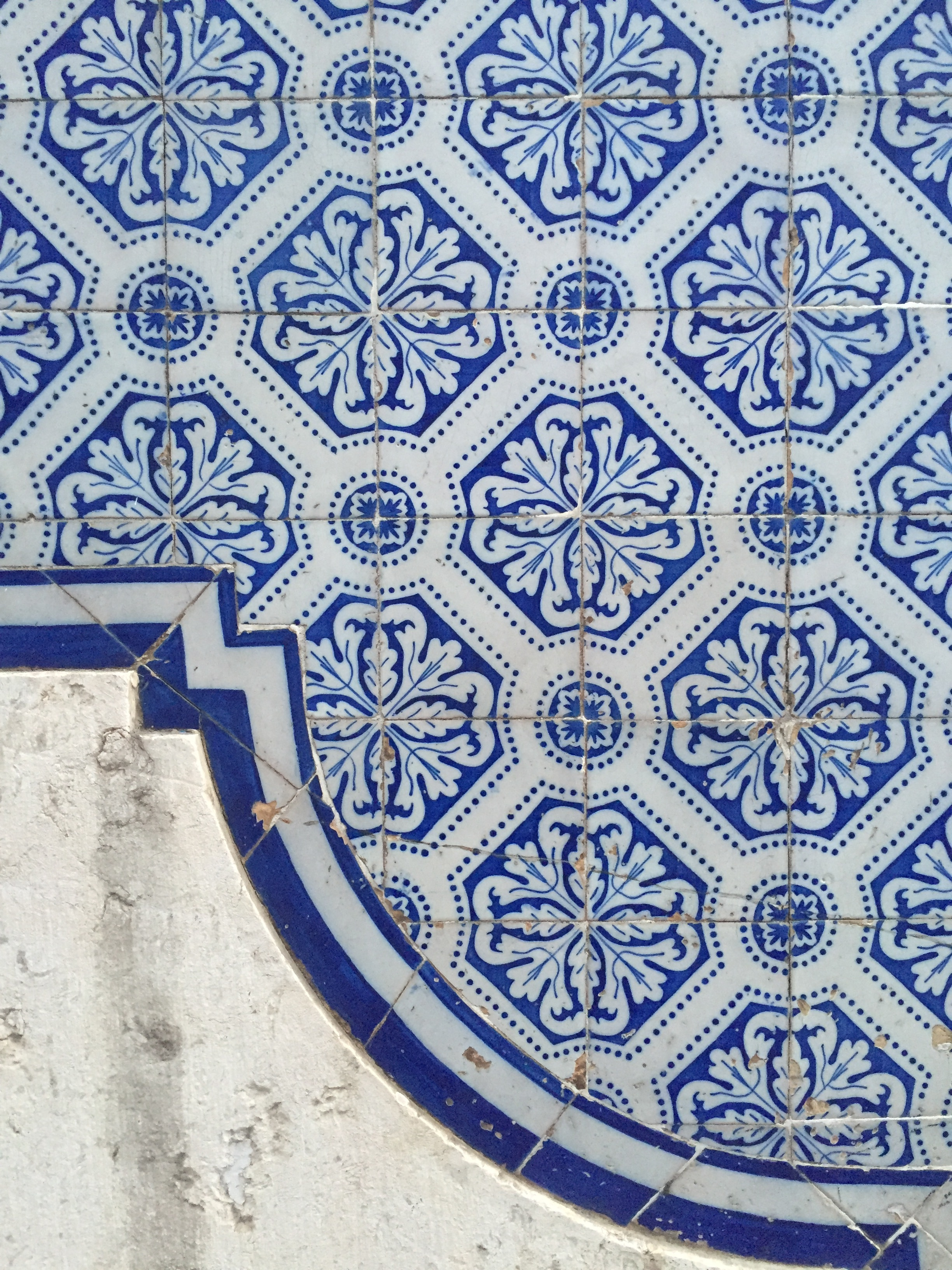 azulejos at their finest: fitting the tile to the curve