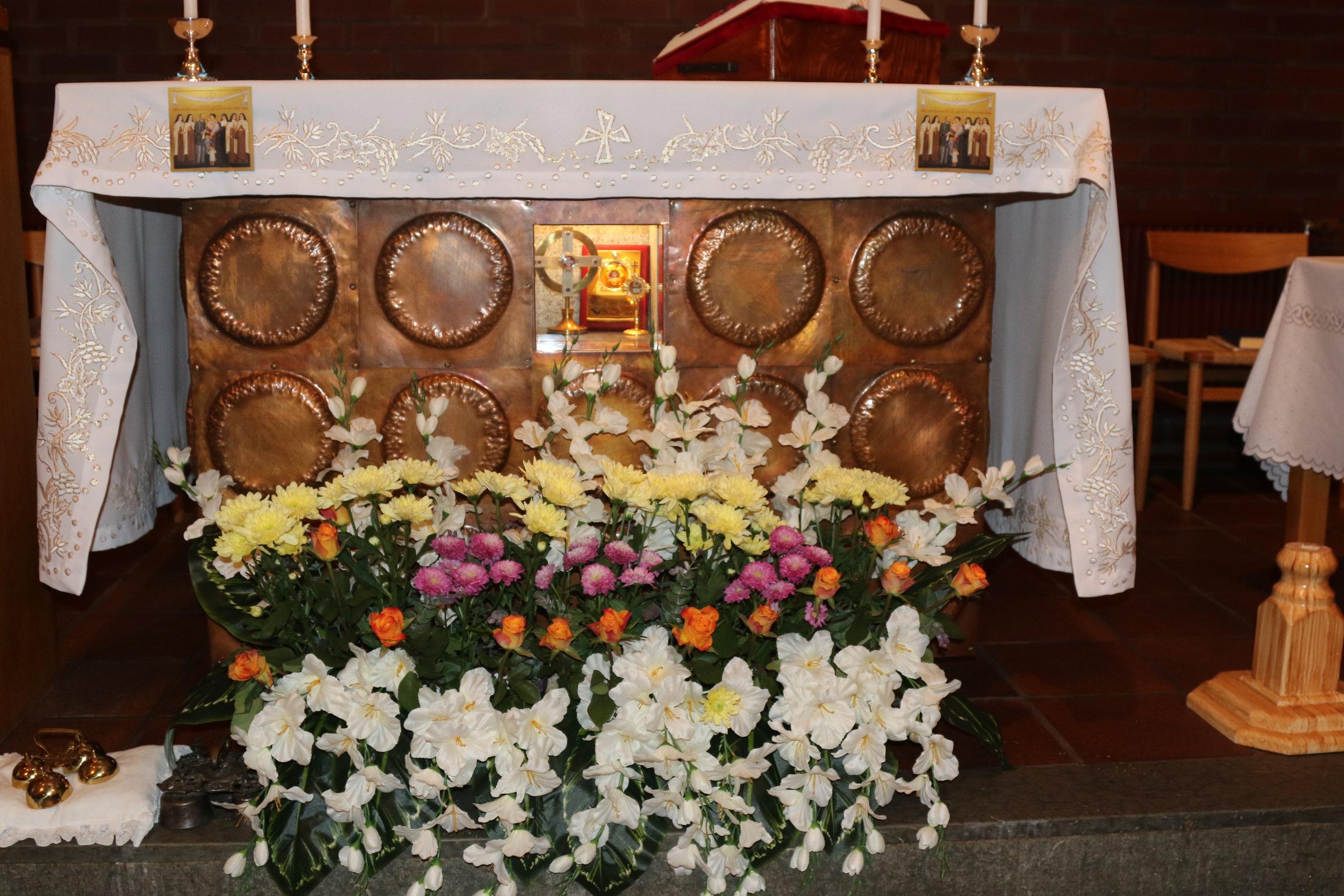 Altaret - De heliga relikerna i altaret synliggjordes under relikmottagningen.