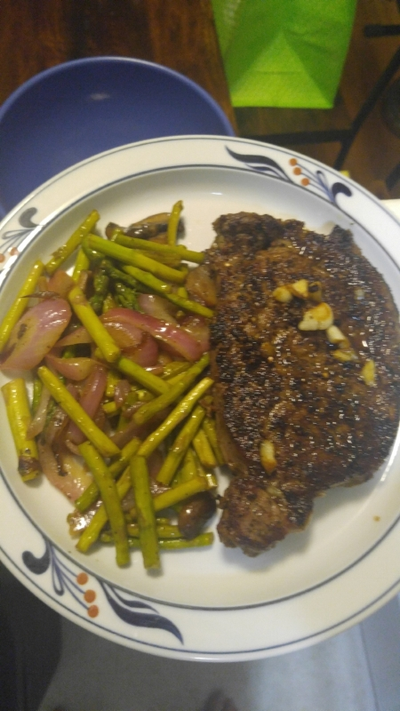 Steak with asparagus, mushrooms and onions