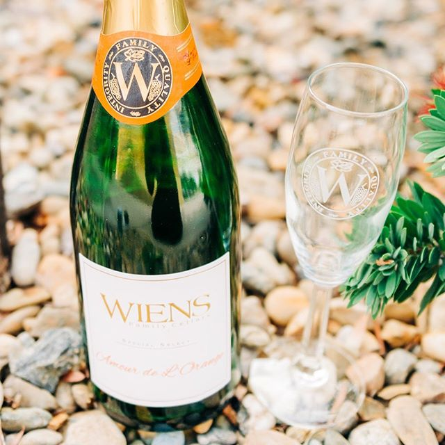 I'll have a mimosa, sans the OJ 😂 ask anyone who knows me, I only like a teeny tiny splash of OJ in my mimosa (if at all) ... but this champagne from @wienscellars has the orange flavor already, so you just skip the whole adding juice to your bubbly thing 👏🏻🥂 you're welcome.