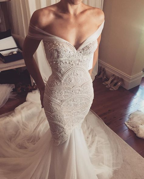 LOVE FIND CO. // 18 Wedding Dresses with Off The Shoulder Sleeves