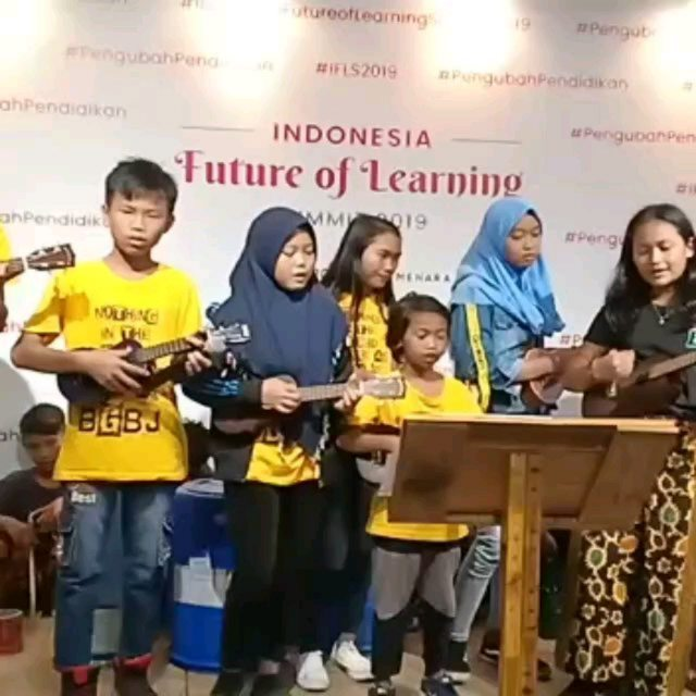 The BGBJ kids playing at the first annual Future of Learning Conference in Jakarta. So proud! Catch them and other acts on June 22nd at our Make Music Day celebration at Bantar Gebang on June 22nd!  #globaljam4peace #makemusicday #thebgbj #learning #education #laskar #pelangi #music #fieldtrip #practicemakesperfect #ukulele #conference #jakarta #futureoflearning