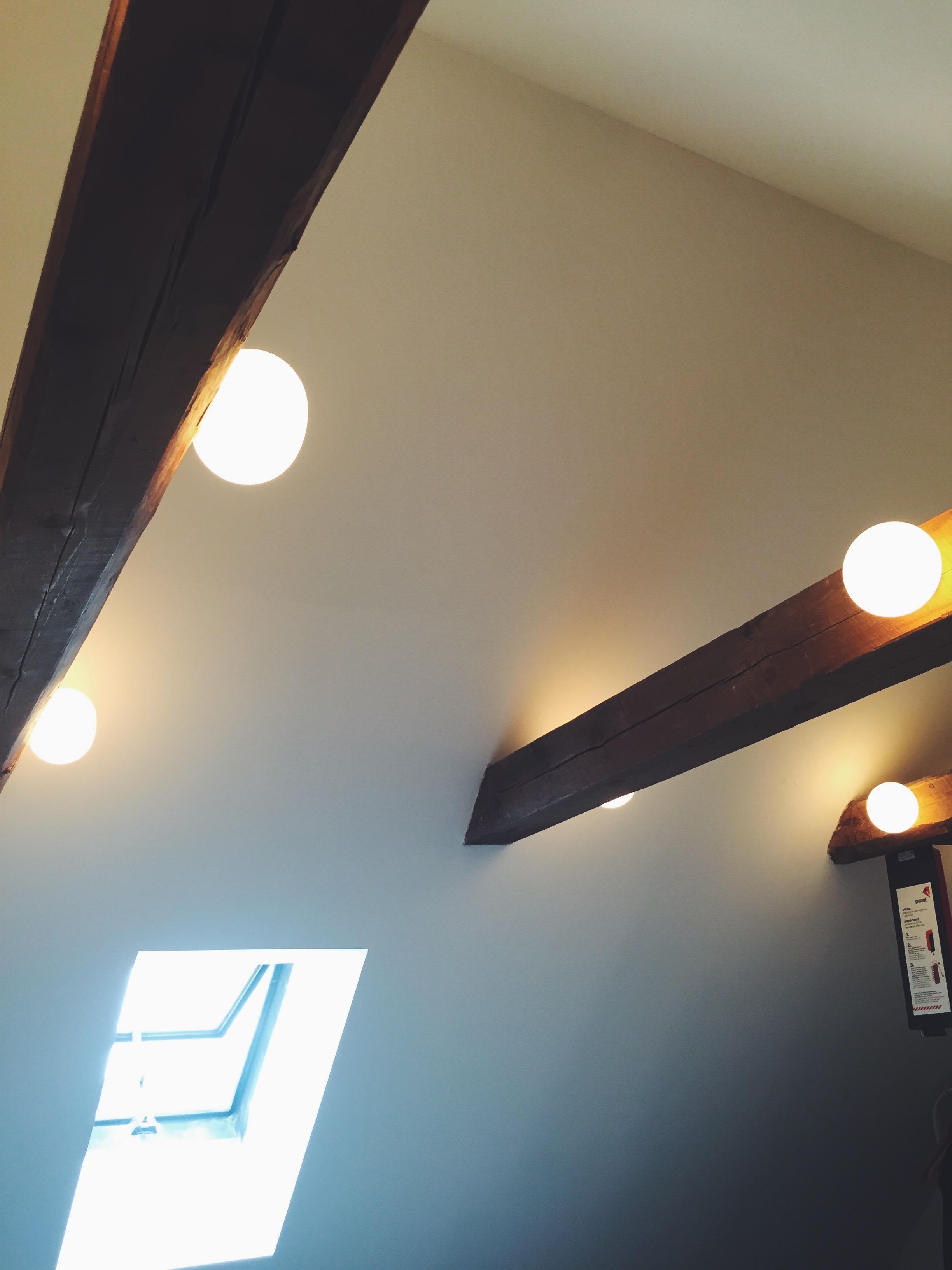 Vi har ni lamper i takbjelkene på soverommet. Når de dimmes på kvelden kan man nesten få følelsen av å ligge under åpen himmel.