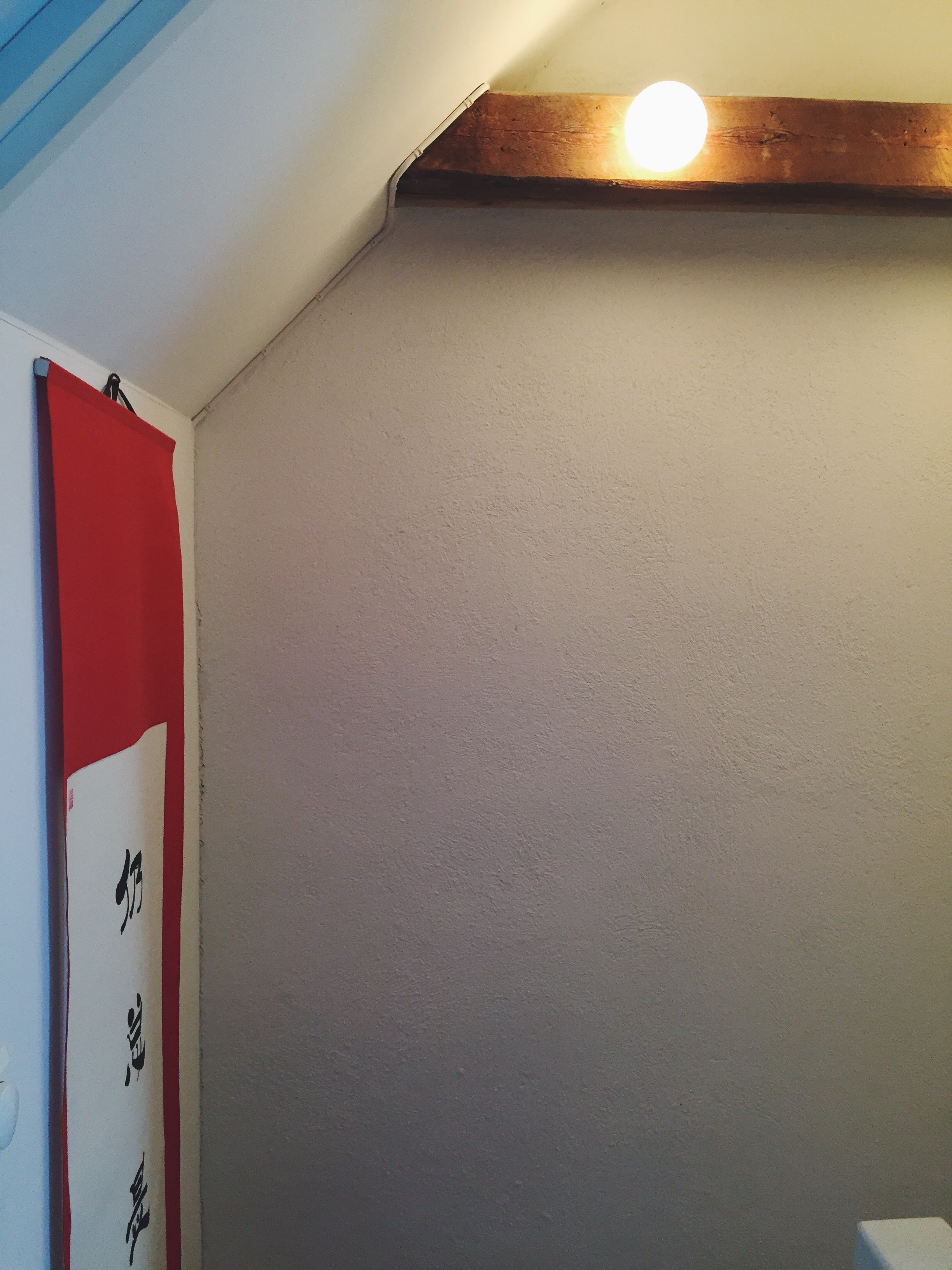 I gangen opp mot vårt soverom er det tre lamper på en av de originale trebjelkene.