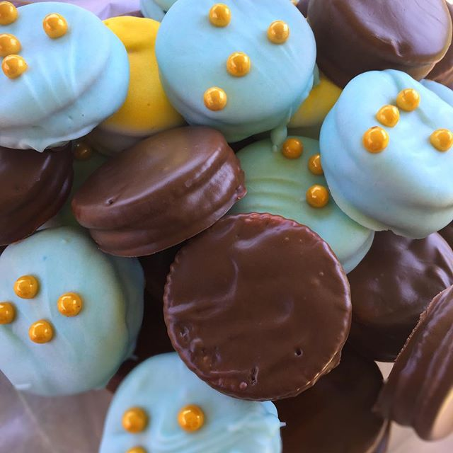 Crack Cookies! Ritz Crackers sandwiched with peanut butter. Dipped in white and dark chocolate.  #momhacks