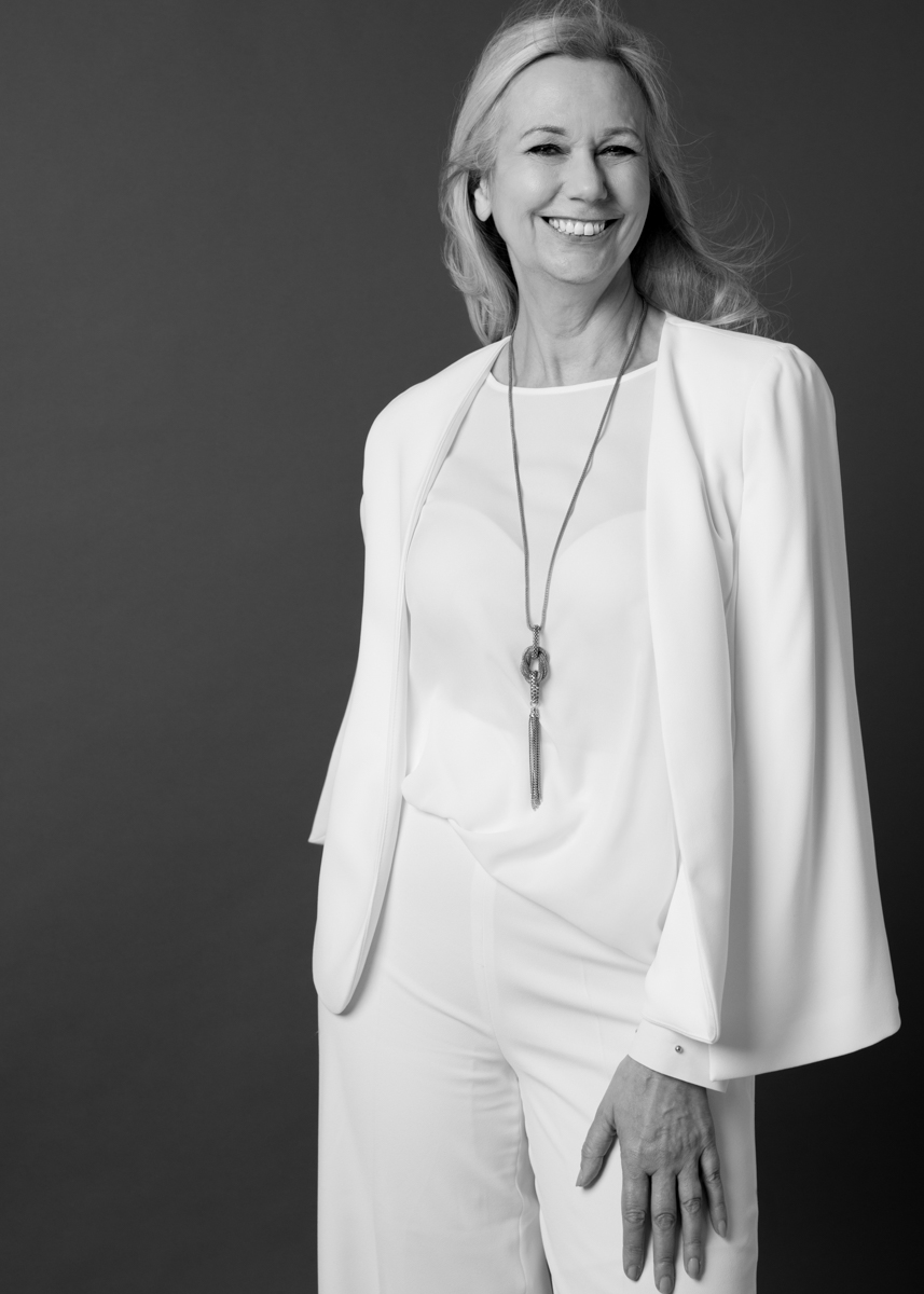 A PORTRAIT CHIC AND ELEGANT IN WHITE