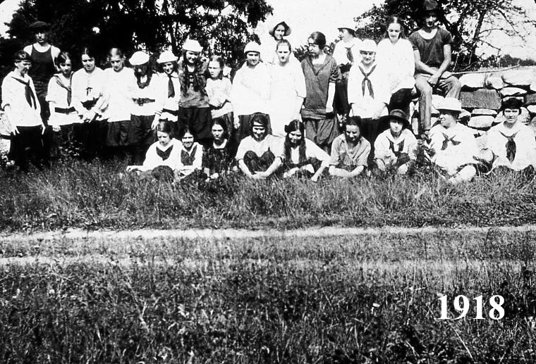 Girl's Group 1918.jpg