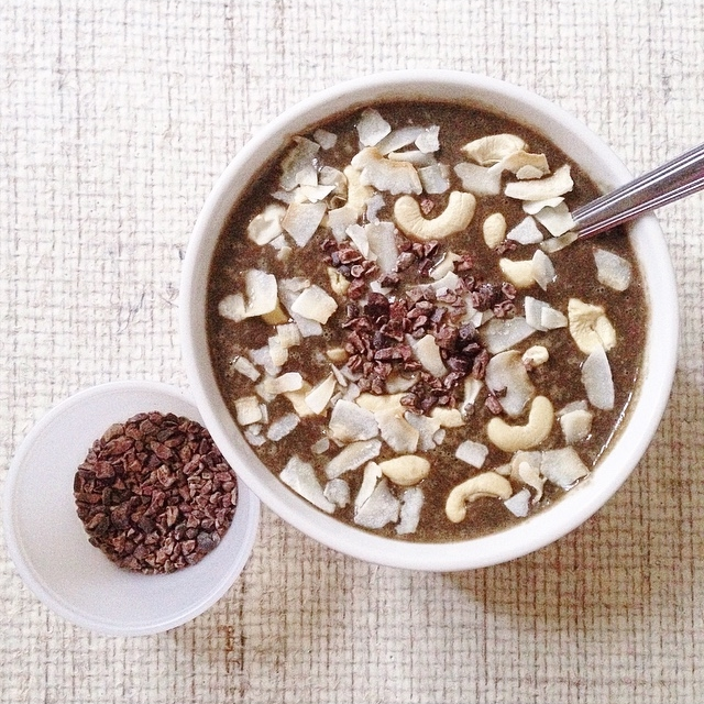 Bounty smoothie in a bowl (vegan): chocolate, coconut, cashew, tastes just like a Bounty bar!