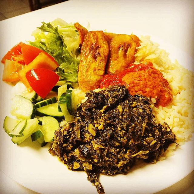 African Pots thursday vegetarian lunch with coconut rice, spinach sauce, mixed vegetables and tomato sauce, plantain and chili. African Pots torstai kasvisruoka! #vegetarian #lunch #lounas #ravintola #restaurant #african #africanpots #chili #plantain