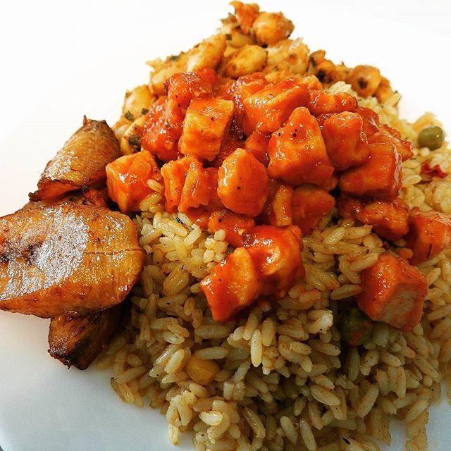Perjantaina tarjolla oli muunmuassa kanaa ja paistettua riisiä sekä ruokabanaania, voipapuja ja paljon muuta herkkua. Friday we had delicious chicken cubes with fried rice, plantain and buttered beans! 😊 #lunch #chicken #vegetarian #plantain #helsinki #buffet #africa #finland #lounas #ravintola
