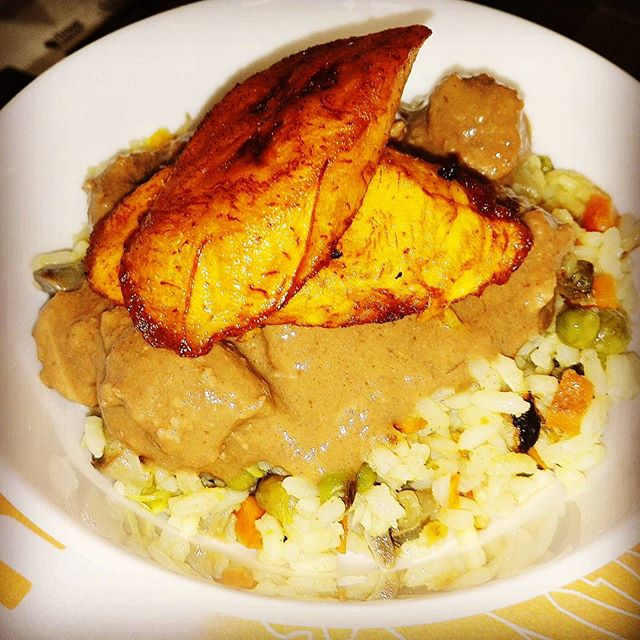 Wednesday lunch at African Pots! Keskiviikon lounasta African Potsissa. Nigerialaista paistettua riisiä maapähkinäkastikkeella ja paistetulla ruokabanaanilla. #africanpots #food #ravintola #lounas #africa #instafood #colors #helsinki #suomi