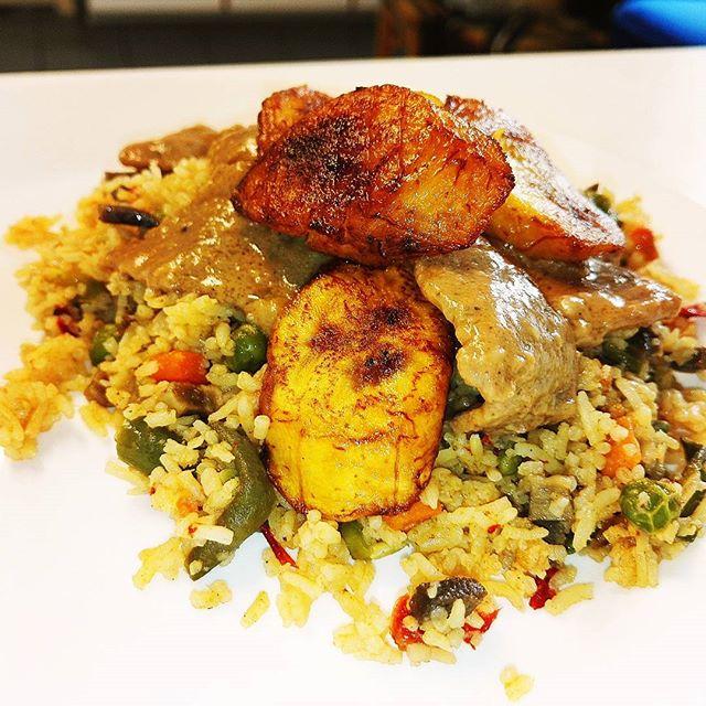 Delicious wednesday food at African Pots with plantain, Nigerian fried rice and peanut butter sauce with beef.  Herkullinen keskiviikko lounas Helsingin, African Potsissa. Lautasella ruokabanaania, paistettua Nigerialaista riisiä sekä maapähkinäkastiketta naudanlihalla.  #african #food #lounas #helsinki #tourism #instafood #finland #suomi #africanfood #nigeria