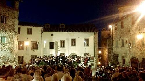 The orchestra performing in Piazza del Popolo, Anghiari (Soloist: Jordi Juan Perez)