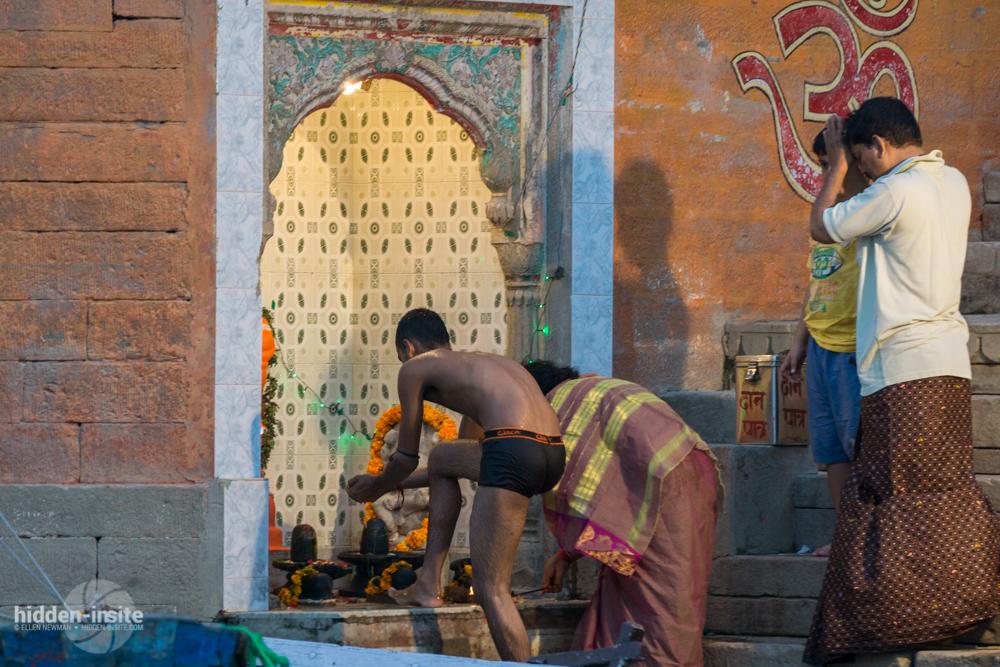 People-praying-at-small-shrine-on-the-Ganges-in-Varanasi.jpg
