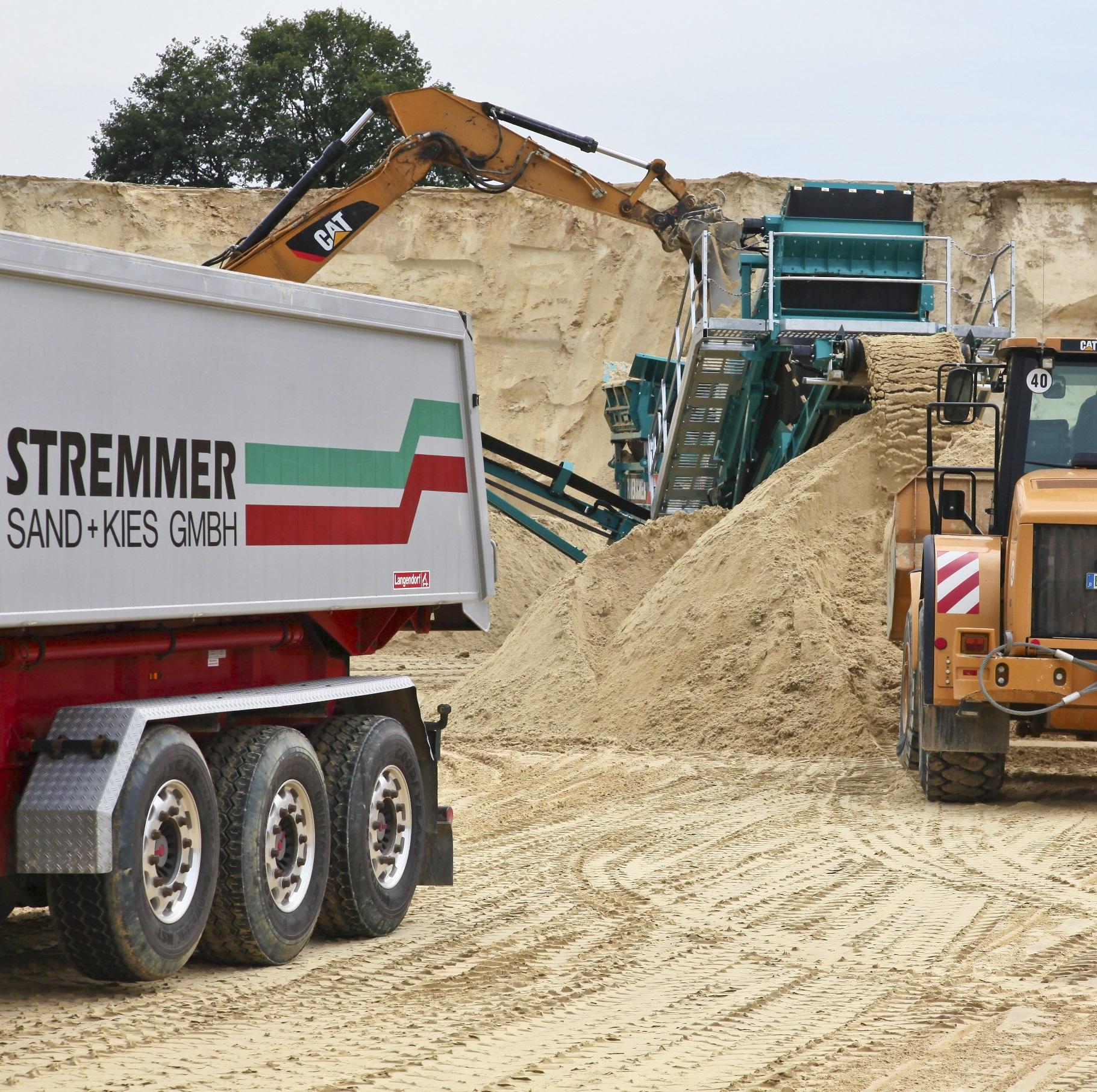 Bagger schaufelt Sand