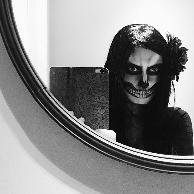 Det blev ingen Halloween i år, vi hade andra prioriteringar. Dock kan jag titta tillbaka på förra årets stora dust med sminklådan, av någon outgrundlig anledning (läs kul fest) glömde jag att köra selfie-fest på Insta ;) #halloween #skullmakeup #scaredyet #skullselfie