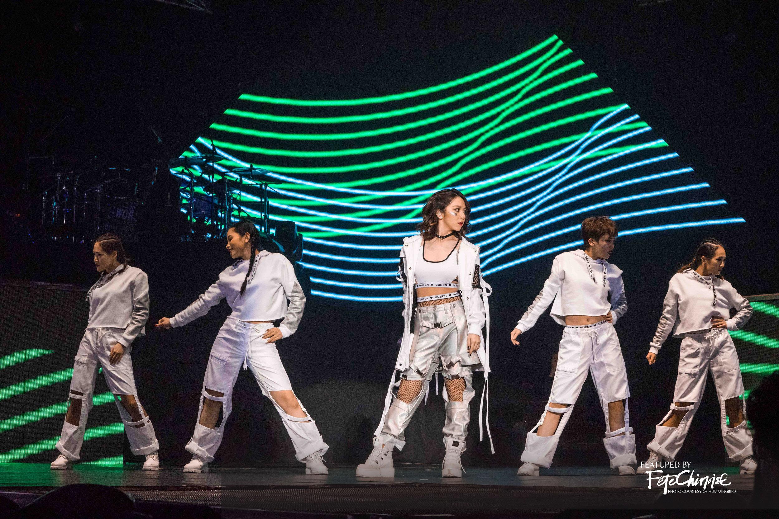 9 演唱會上從來自世界各地的上百位舞者中選中了8名伴舞 copy.jpg
