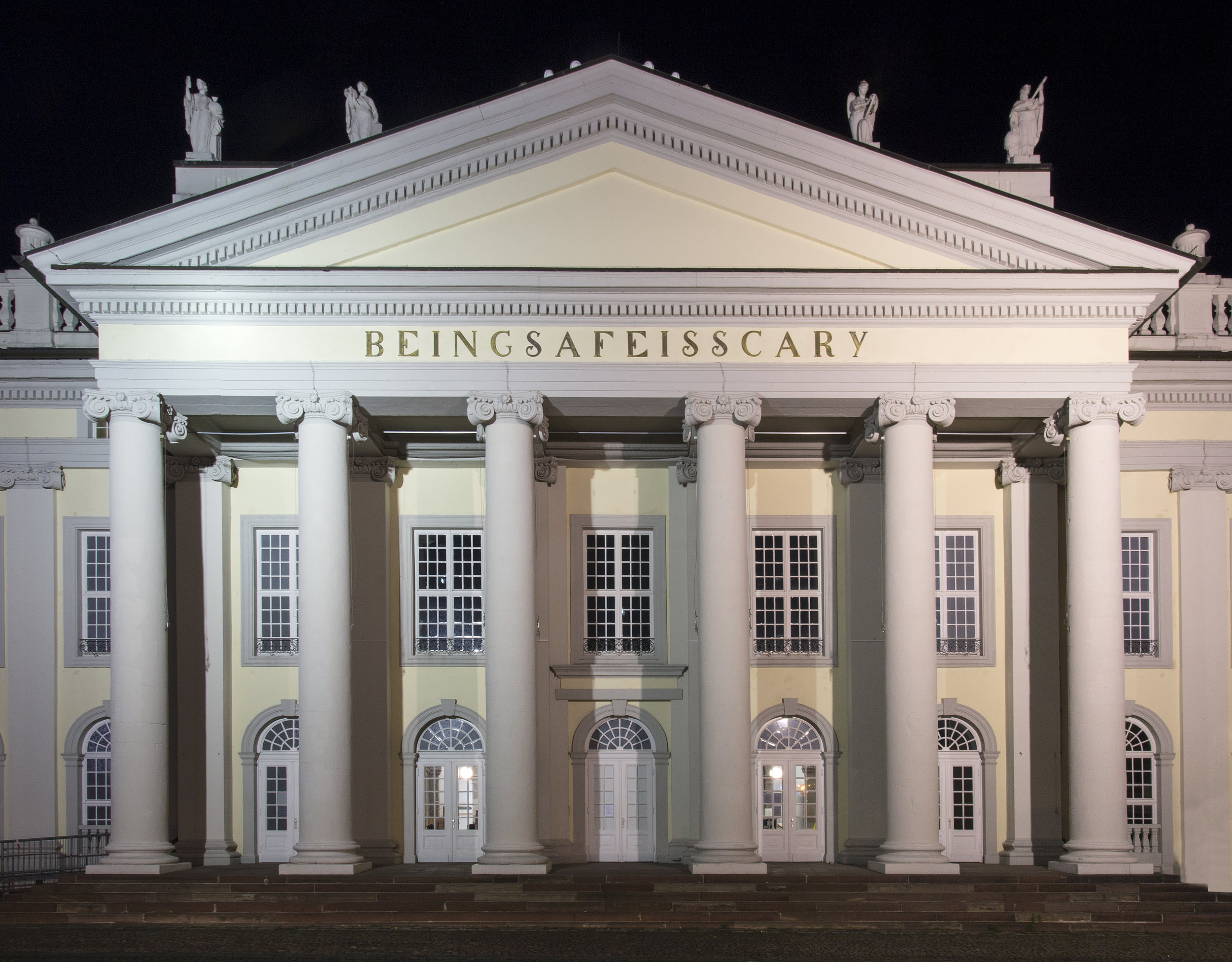 BEINGSAFEISSCARY  (2017)  Banu Cennetoğlu  Fronton du Fridericianum, Kassel  © Roman Maerz