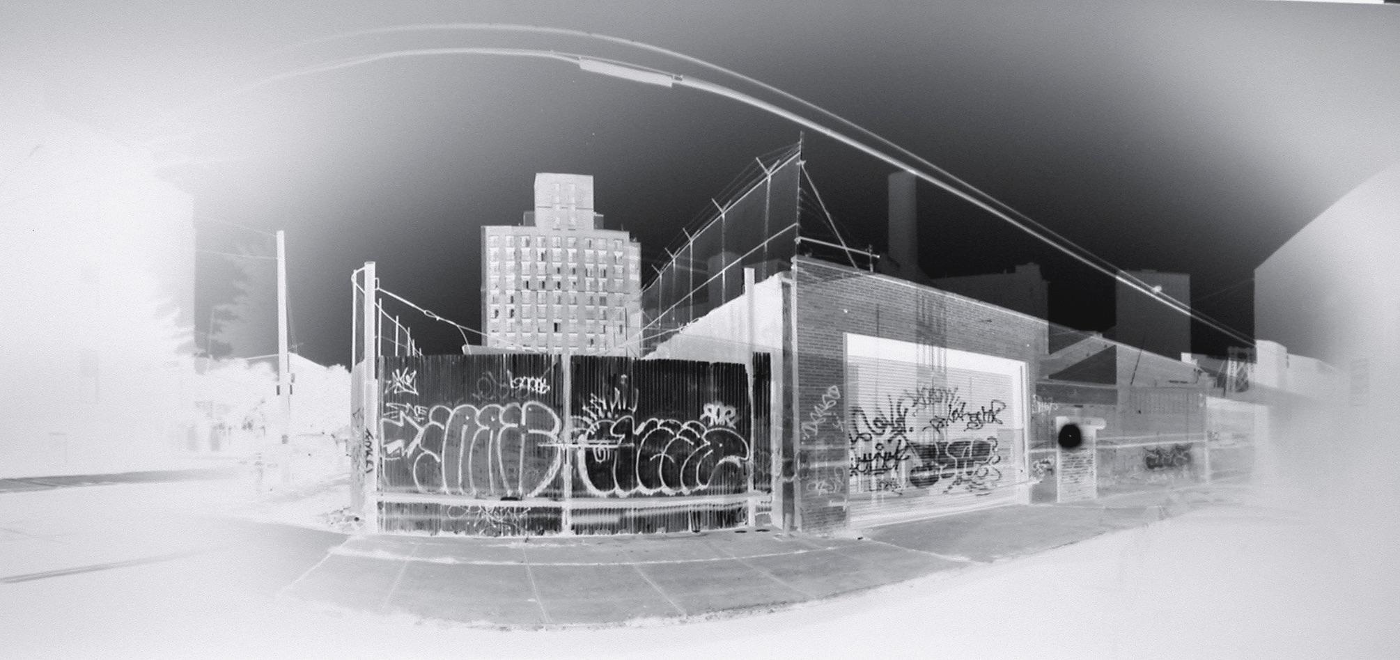 Graffiti Gate (2004)  Claire Lesteven  Courtoisie H Gallery, Paris