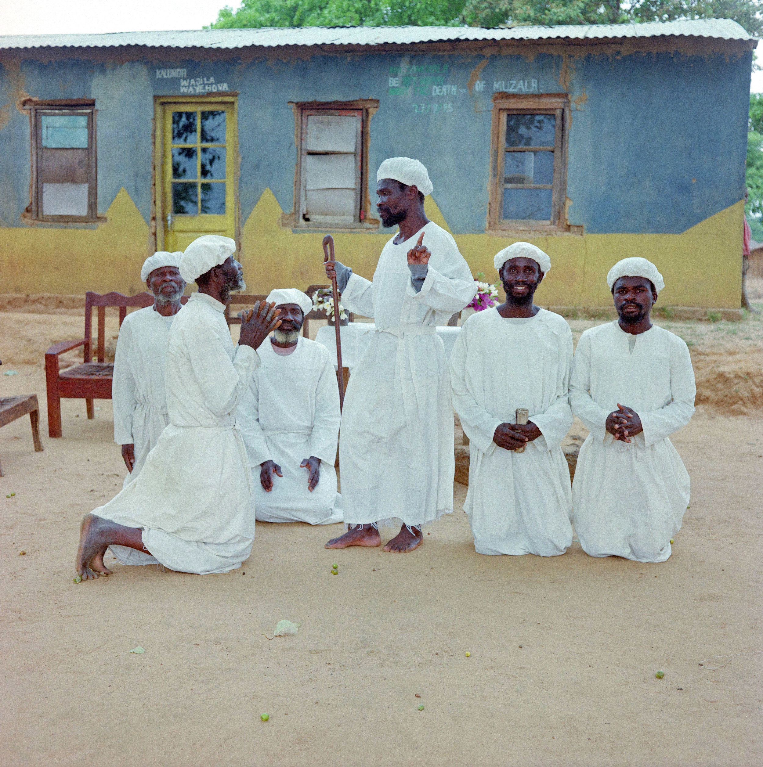 Jesus Christ of Chingala et ses disciples (1997)  Boris Wastiau  Zambie, district du Zambèse, Chingalala.  © MEG, Archives photographiques