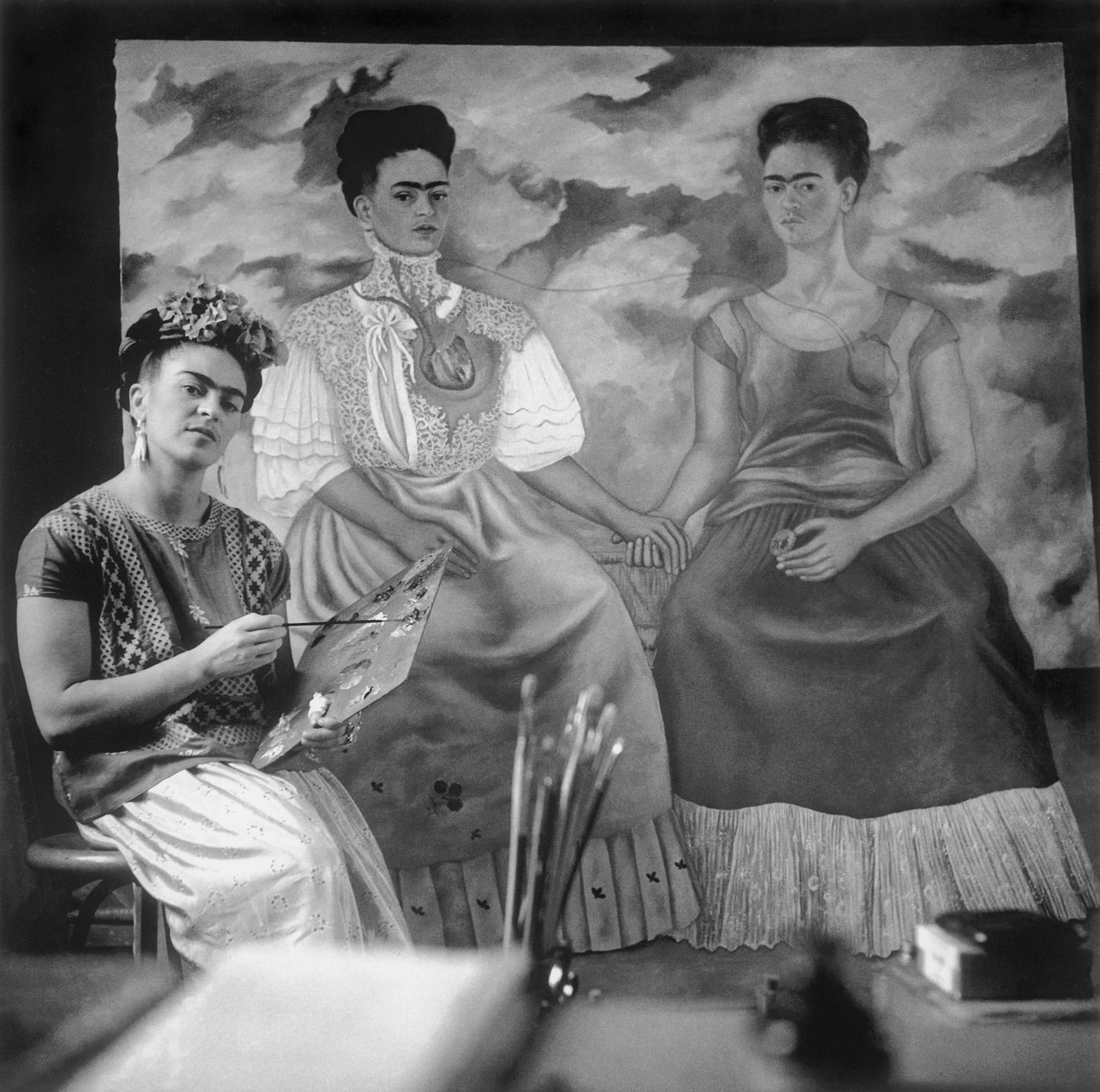 Nickolas Muray (1892-1965)  Frida painting 'The Two Fridas', Coyoacán, 1939 gelatin silver print ©Nickolas Muray Photo Archives courtesy of  Etherton Gallery