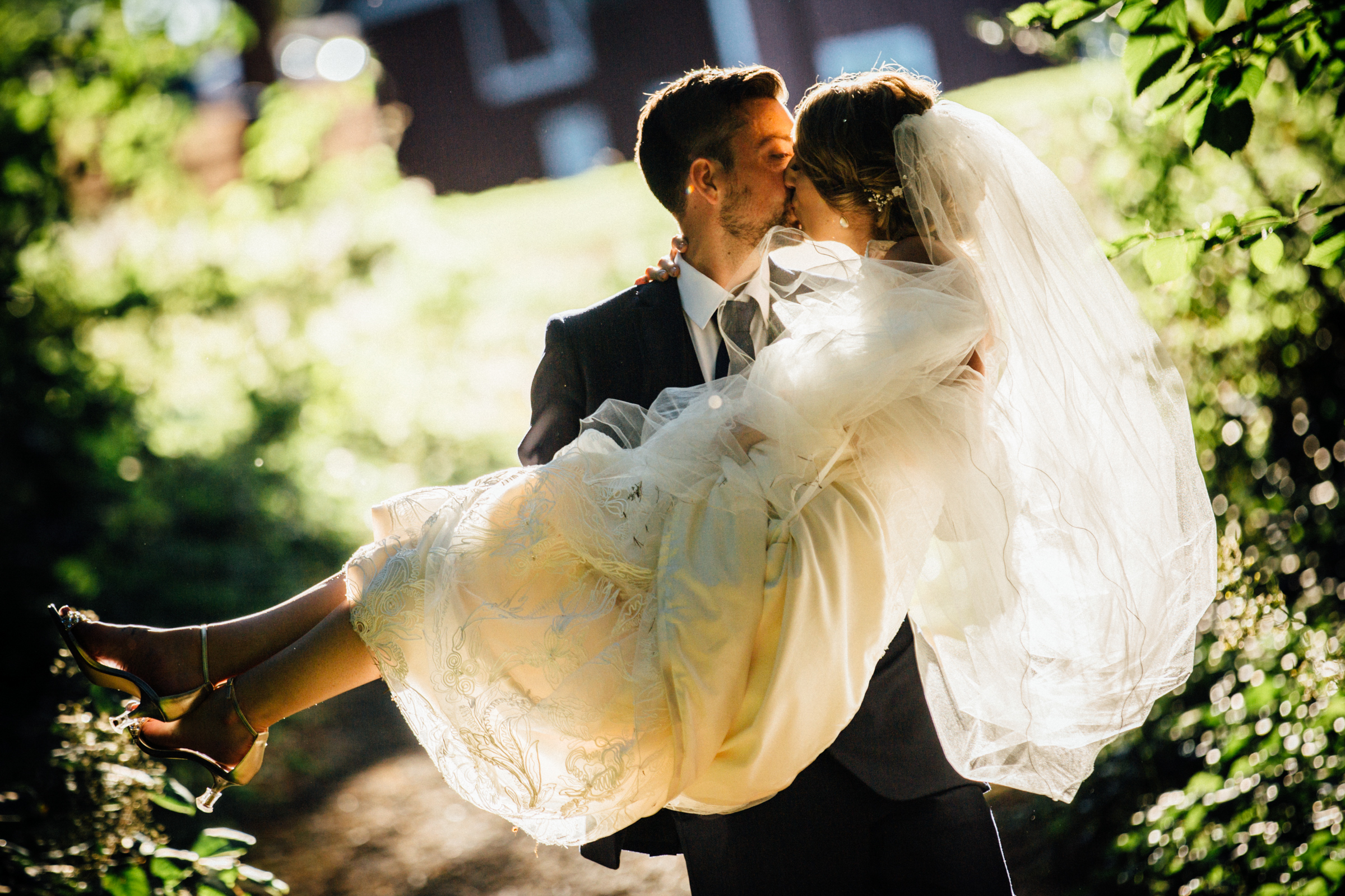 Bellevue Washington wedding, Kiss at Robinswood Park